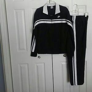 LIKE NEW!! Women's 2 pc Nike sportswear. Sz L
